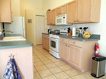 Fully equiped kitchen with microwave, gas range, diswasher, jumbo fridge, etc.